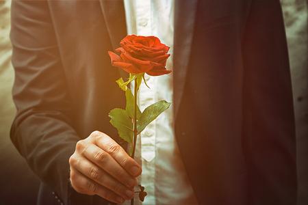 男がバラを提供しています