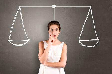 De vrouw denkt over een beslissing