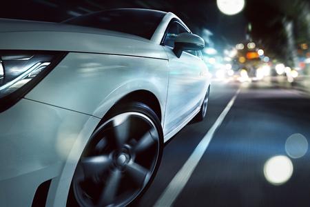스포츠카는 밤 도시를 통해 운전합니다. 스톡 콘텐츠