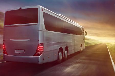 夕日に運転するバス