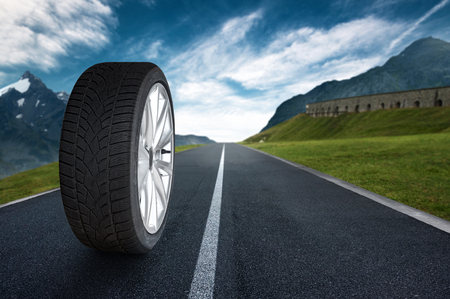 Cambio de neumáticos Foto de archivo - 75280801