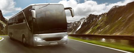 Bus en face du paysage de montagne