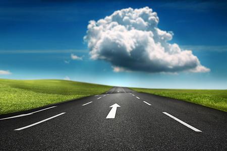 Grote wolk in de horizon van een snelweg