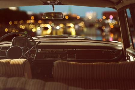 古い車の中