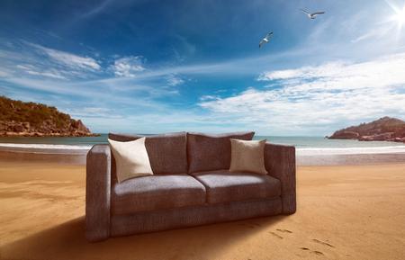 해변의 소파 스톡 콘텐츠