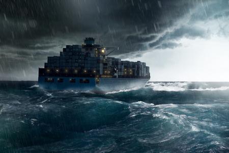 嵐の中で貨物船