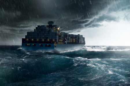 Statek towarowy w burzy