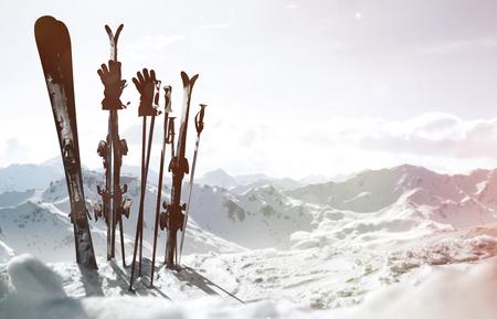 Skis in the snow Standard-Bild