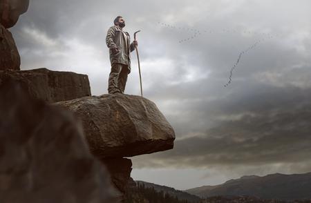 Einsamer Wanderer auf einem Felsen Standard-Bild - 75867268