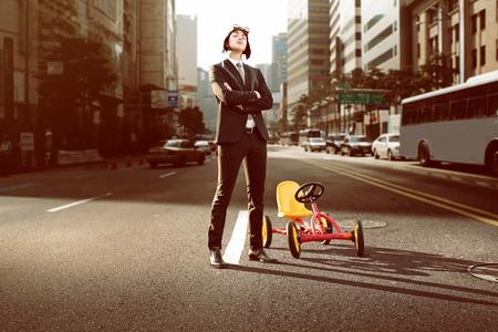 도시에서 페달 자동차와 비즈니스 사람 스톡 콘텐츠