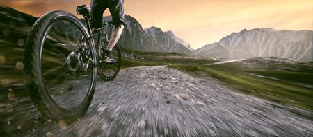 Mountainbiker sube cuesta arriba Foto de archivo - 76941224