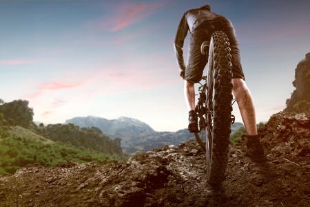 Mountainbiker en las montañas Foto de archivo - 77030897