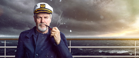 stary kapitan z fajką