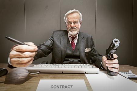 oude man dwingt te ondertekenen