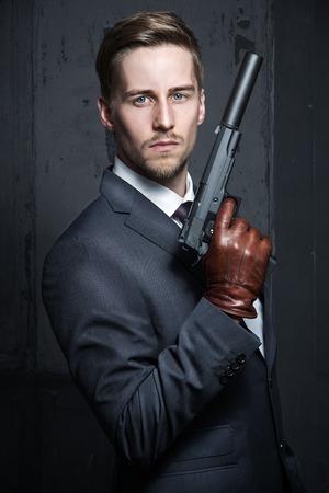 젊은 남자 스파이 총을 들고