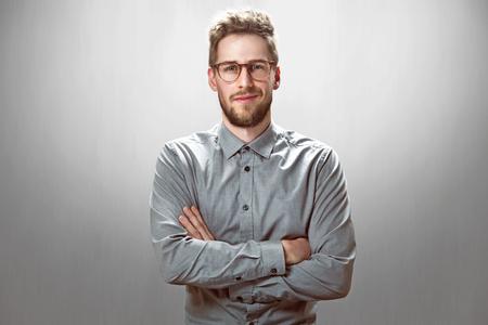 Smiling Geschäftsmann mit Brille Standard-Bild - 76942728