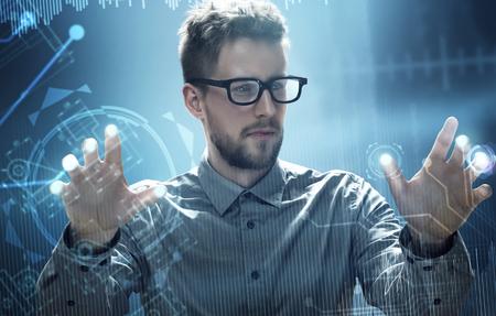 男は、HUD のタッチ スクリーンのインターフェイス