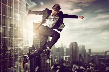 jonge man Ontsnappen springen Stockfoto