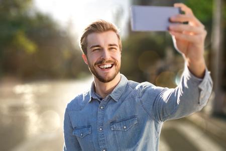 Der hübsche Mann nimmt ein Selbstbewusstsein Standard-Bild - 76999802