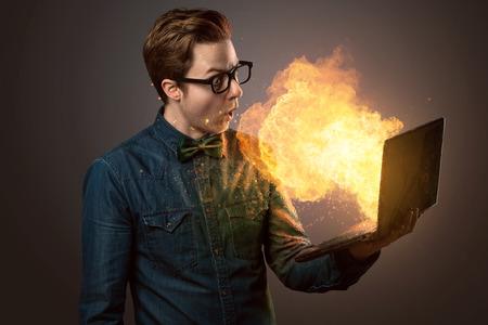 爆発的なノートブックを持つオタクガイ