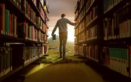 Hombre en un entorno de biblioteca de fantasía Foto de archivo - 77039718