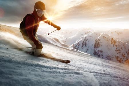 Skiër in een zonsondergang instelling Stockfoto - 77039719