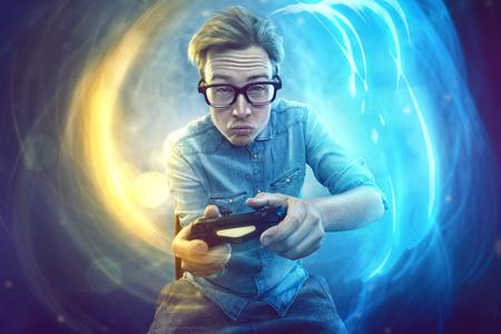 Nerdy gamer avec contrôleur Banque d'images - 77032315