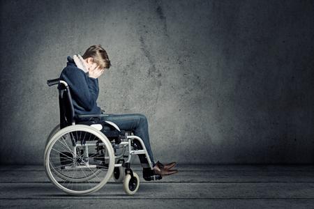 Hombre triste en silla de ruedas Foto de archivo - 76986566