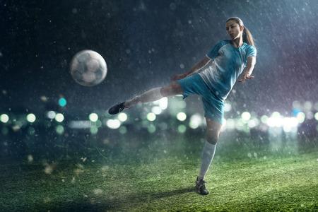 サッカーの女性