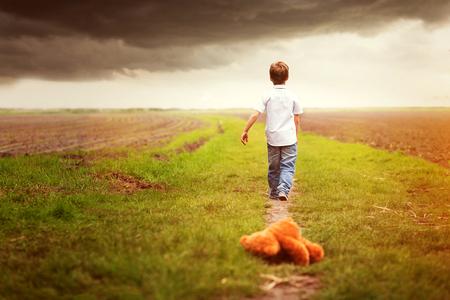 아이가 혼자서 Teddybear를 떠난다. 스톡 콘텐츠