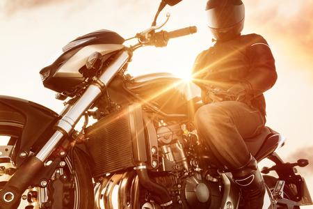 彼はバイクでライディング