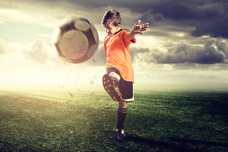Talentoso niño de fútbol Foto de archivo - 78105676