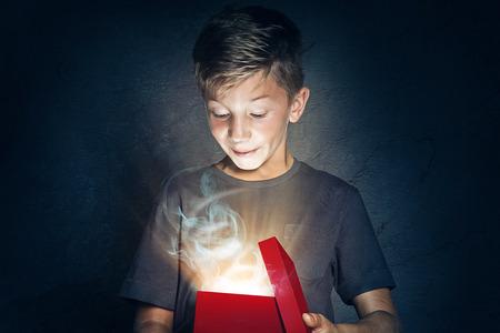 Kind opent geschenk