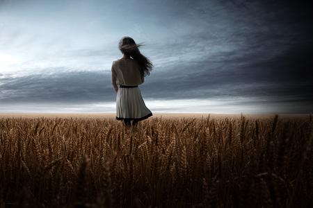 Girl in Wheat Field Stockfoto