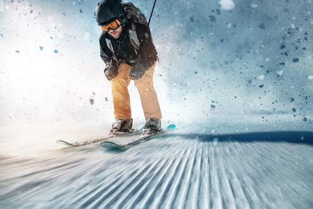 Esquiador en pista de esquí Foto de archivo