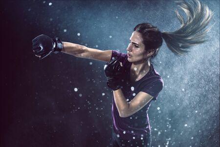 La mujer practica la autodefensa Foto de archivo