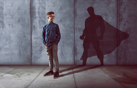 Teenager mit Superheldenschatten Standard-Bild
