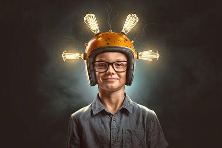 Enfant intelligent avec casque d'ampoule