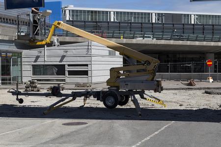 motorizado: Una elevaci�n de la construcci�n motorizado para conseguir personas de alta en el aire para el trabajo