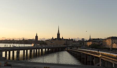vogelspuren: Zwei Brücken führen in der Stadt Stockholm