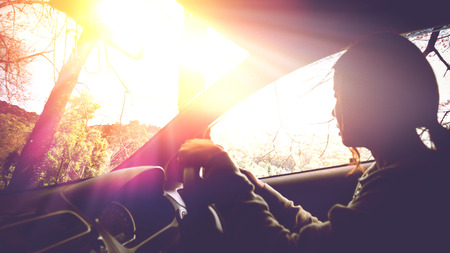 日中は太陽の速度で道路上の運転時間します。女性の車の運転