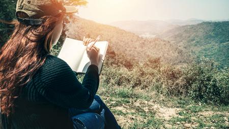 여자 쓰기 노트 자연 산책로, 산, 숲입니다. 작가 스톡 콘텐츠