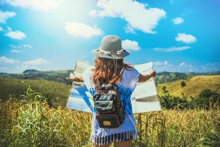 Las mujeres asiáticas viajan a relajarse en las vacaciones. Expandir mapa de la encuesta Campo de montaña. Tailandia Foto de archivo