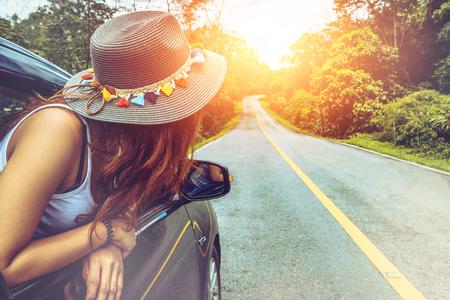 亚洲妇女在假日旅行放松。乘坐停车场旅行。幸福地与自然,农村森林