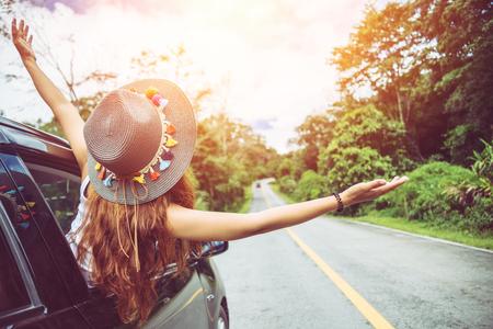 アジアの女性は休日にリラックス旅行します。駐車場で旅行。自然と幸せに、田舎の森