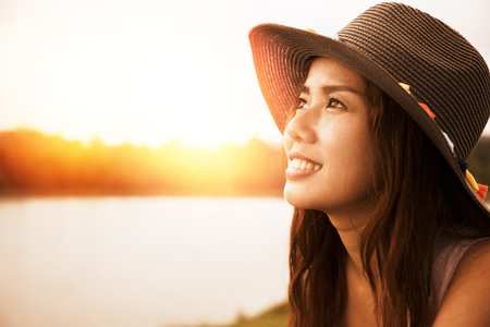 아시아 여성들은 휴가에 휴식을 취합니다. 자연 환경에서, 산림.