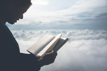 여성 휴식 아침 책 좋은 날씨 하늘 읽기. 산에서 아침의 분위기. 스톡 콘텐츠