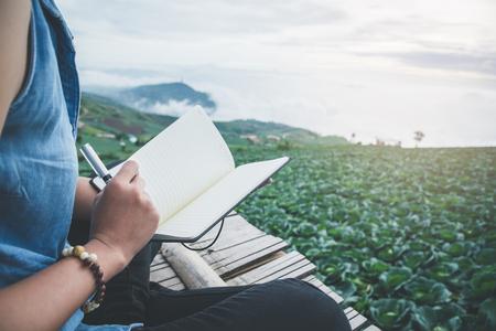 독서 여성은 공원에서 휴식을 취하십시오. 아침의 분위기 산은 안개가 자욱하다. phetchabun phutubberg 태국 스톡 콘텐츠