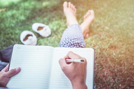 Les femmes écrivent des notes Sentiers de la nature, montagnes, forêts. Écrivain