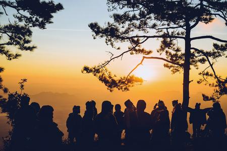 아침에 일출을 보는 사람들. 관광객들은 휴일에 휴식을 취합니다. 사람들 중 아침에 사진 일출입니다. 태국 스톡 콘텐츠 - 96483958